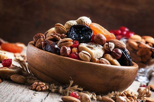 una ciotola di legno con della frutta secca
