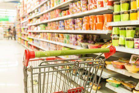 un carrello in un supermercato