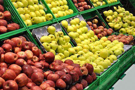 delle mele gialle e rosse in un supermercato