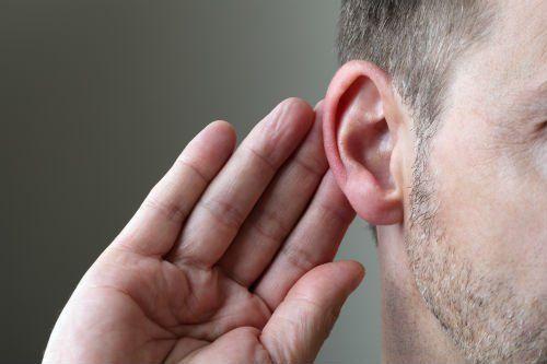 Persona che ascolta con difficoltà