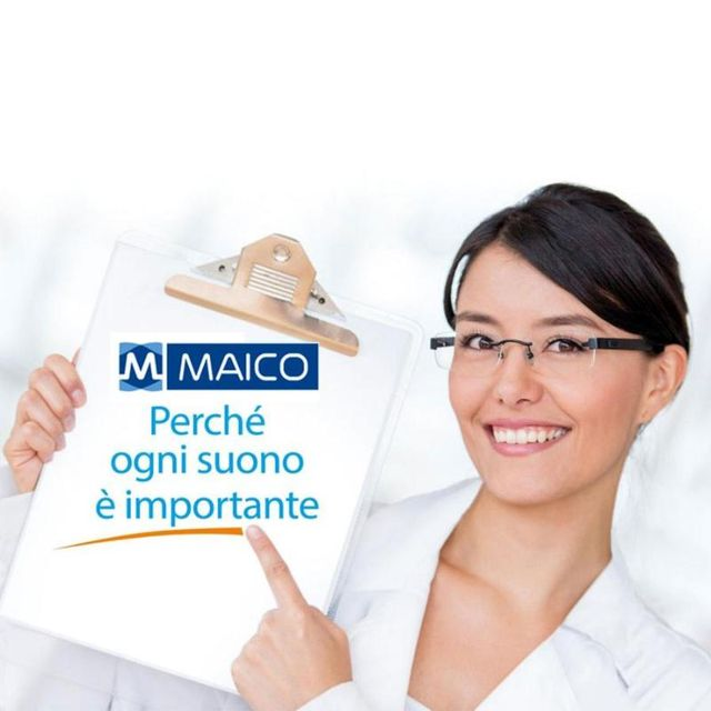 una dottoressa che indica con il dito il marchio Maico