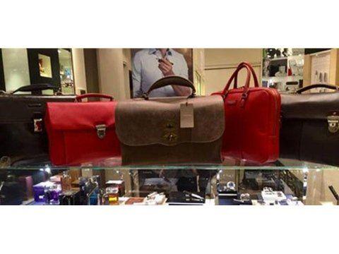 scaffale con borse eleganti da donna