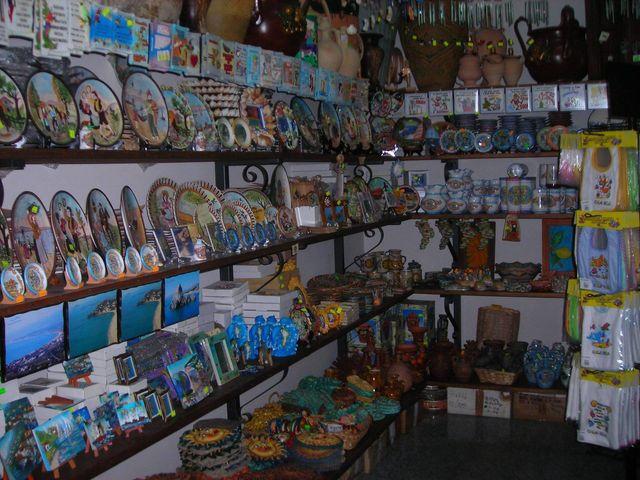 interno della bottega, prodotti artiginali locali, come piatti da appendere e quadretti