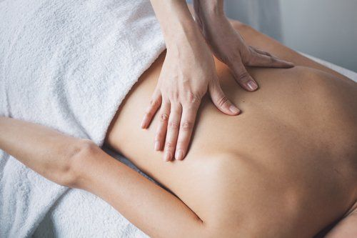 donna mentre massaggia una schiena
