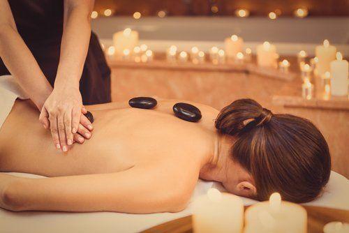 trattamento di bellezza con pietre sulla schiena