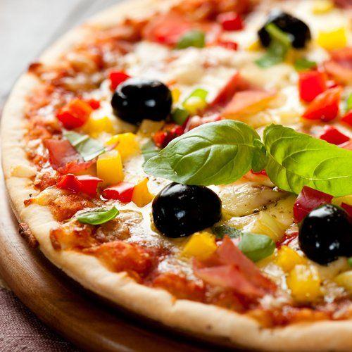 Pizza con mais peperoni olive nere e basilico