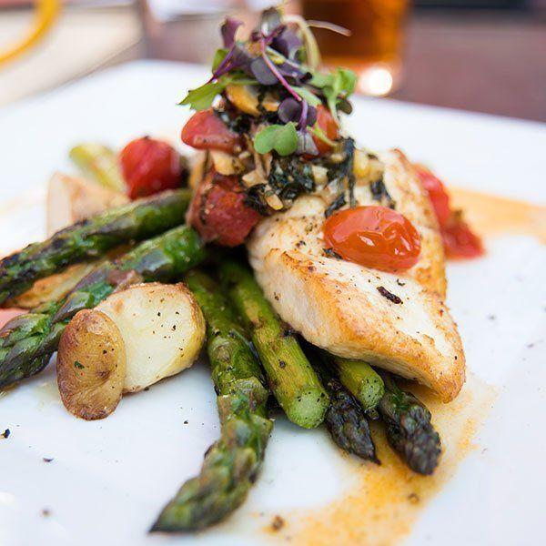 pesce con asparagi e pomodorini