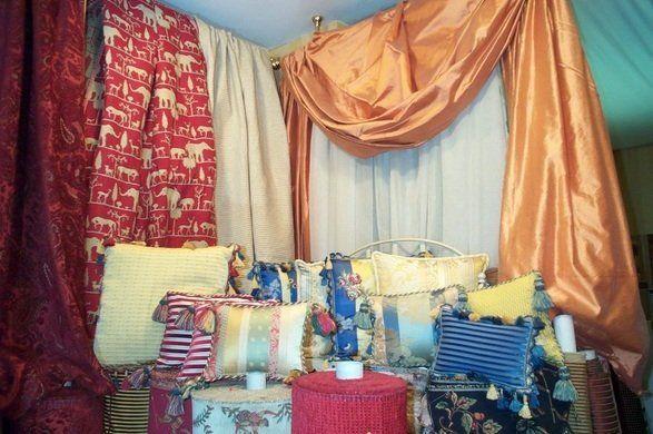 Angolo pieno di tessuti per tende e cuscini multicolore