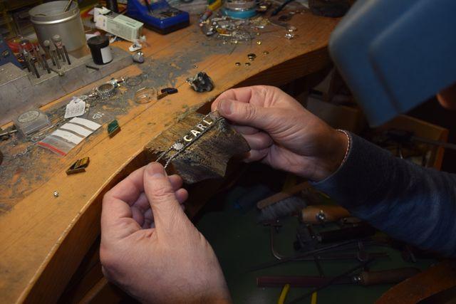 mani che lavorano su un braccialetto