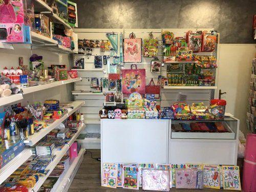 dei giocattoli in una cartoleria