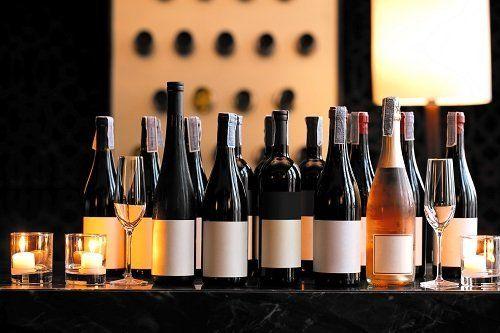 Assortimento bottiglie di vini