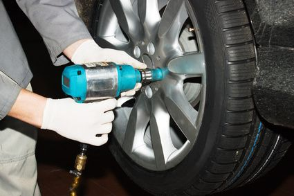 installing a car tyre