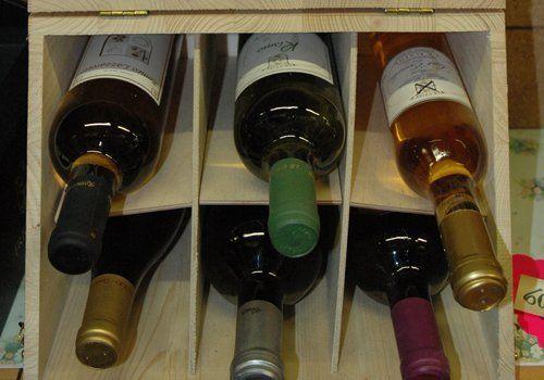 Sei bottiglie di vino in un espositore