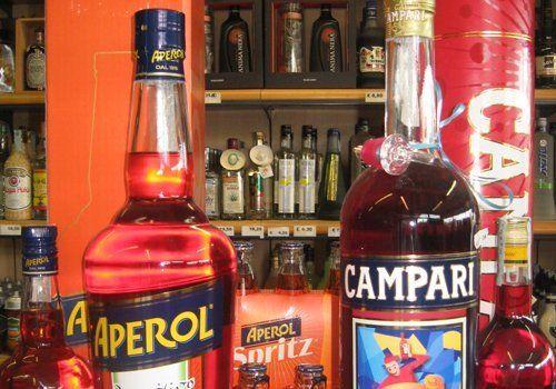 primo piano di due Bottiglie di Aperol e Campari