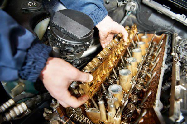 meccanico che aggiusta il motore di un'auto