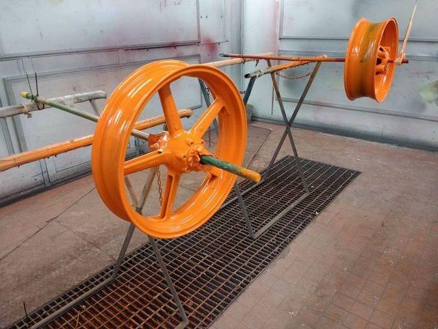 due cerchioni verniciati di arancione