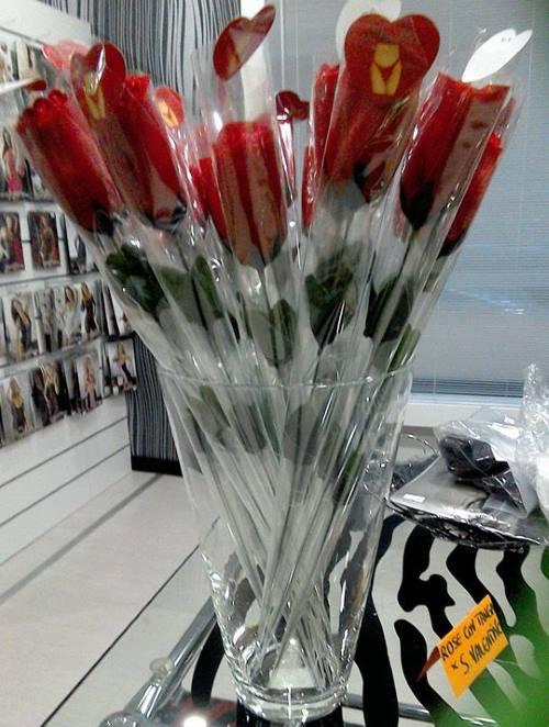 un vaso con delle rose rosse