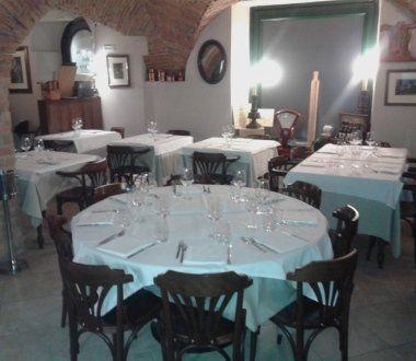 tavoli rotondi, sala per feste, ambiente rustico