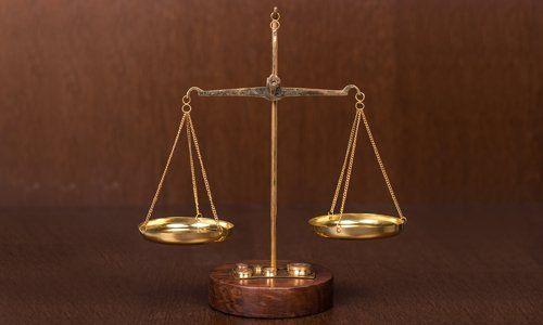 una bilancia in legno a due piatti dorati