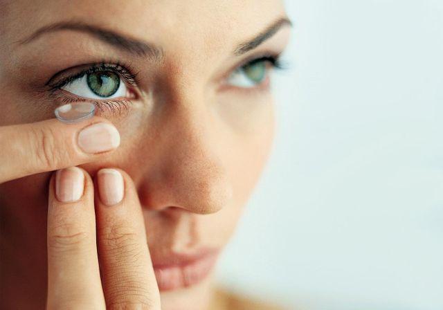 1d5885e6e8cc2 ... as lentes de contato está na forma como o paciente consegue corrigir  seu problema de refração ocular e no visual estético. Em relação aos  benefícios ...