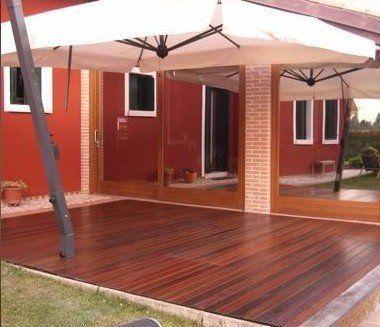 un patio con un pavimento in parquet da esterno