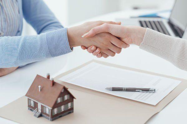 una stretta di mano dopo stipula di un contratto di locazione
