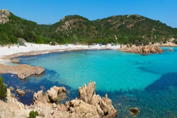 vista di una spiaggia con scogli e acqua cristallina del mare