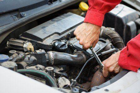 Meccanico fissando il motore