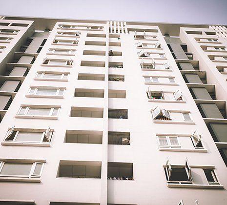 un palazzo visto dal basso verso l'alto