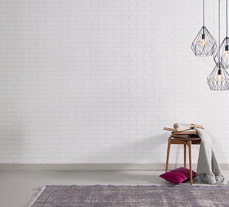 una stanza con uno sgabello e delle lampade a sospensione