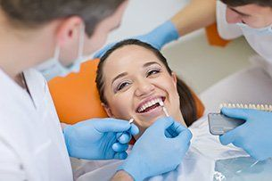 Dentista che esamina la bocca di una donna a Pietrasanta