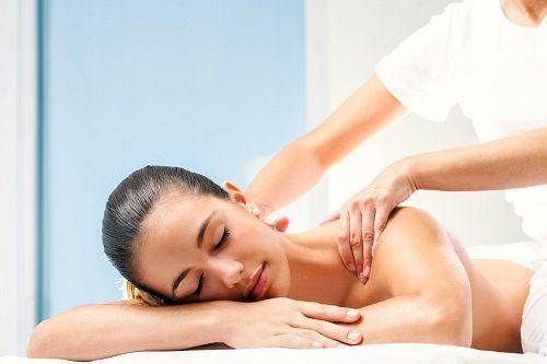 un'estetista che massaggia la schiena di una ragazza