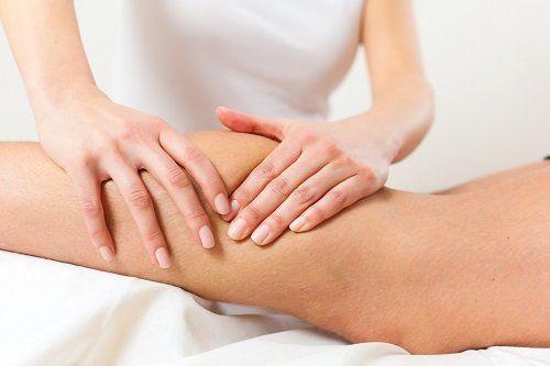 due mani che massaggiano un polpaccio