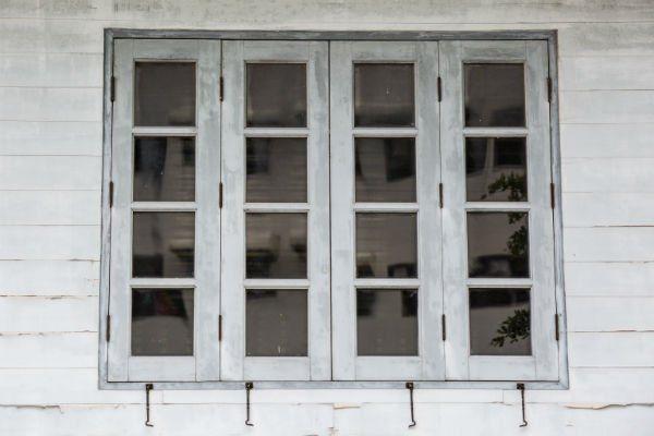 Vecchia finestra di legno