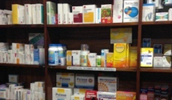 i prodotti farmaceutici sulle mensole dell'armadio in legno visti da vicino