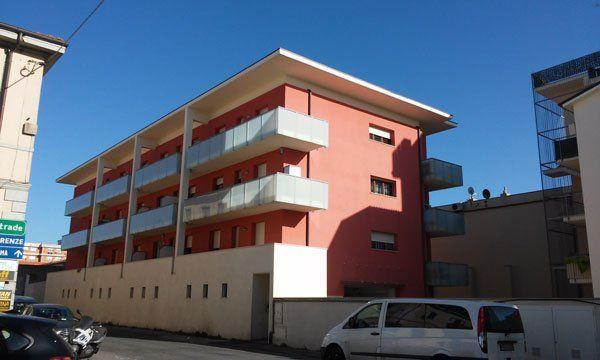 un condominio con la facciata rosa