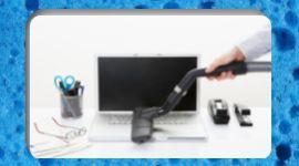 pulizia di una scrivania di un ufficio con aspirapolvere