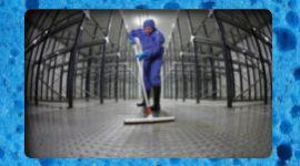 addetto pulisce pavimenti di un ambiente industriale