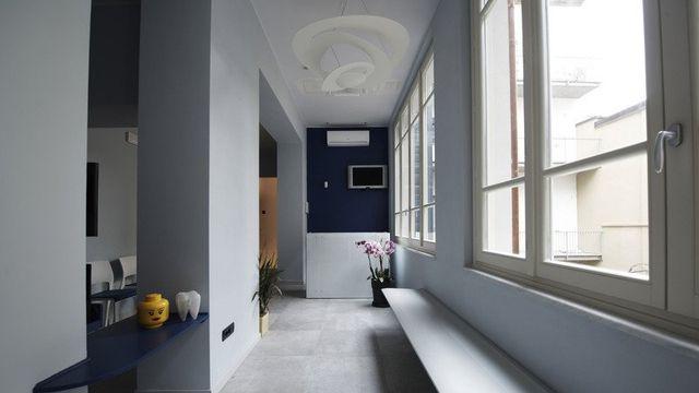 Sala d'attesa moderna e minimalista di colore grigio chiaro