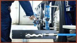 meccanico controlla l`assetto delle gomme di un camion