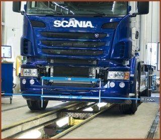 camion Scania sul rullo di un officina