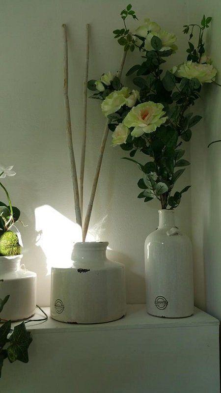 delle candele bianche, fiori e decorazioni con palloncini di color verde