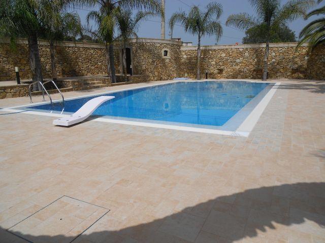 una piscina e una villa