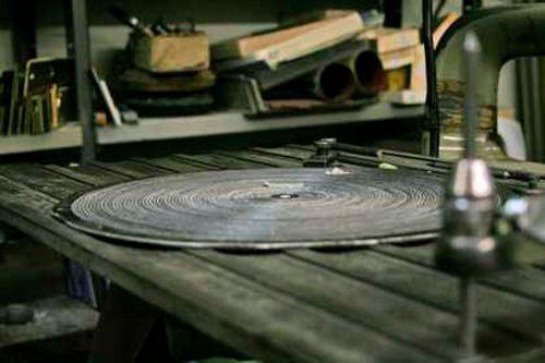 disco di metallo su tavolo da lavoro