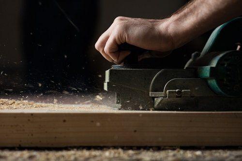 Levigando il legno con la macchina