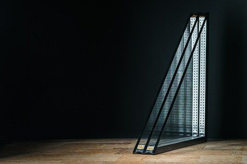 Pavimento in legno con due pezzi triangolari di vetro isolante