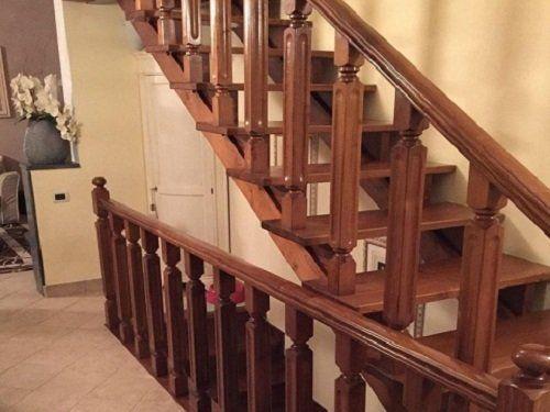 Scale di legno con ringhiera di sbarre torniti