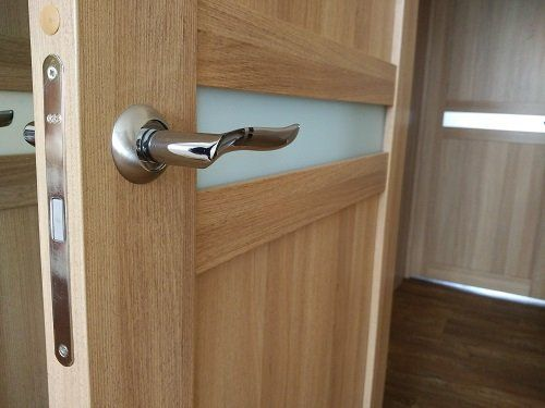 Porta di legno con banda di vetro