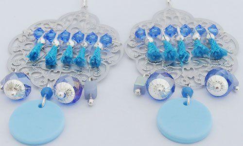 due orecchini a forma di foglia azzurra con delle palline blu