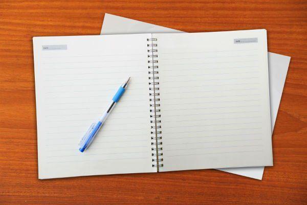 un quaderno per gli appunti e una penna